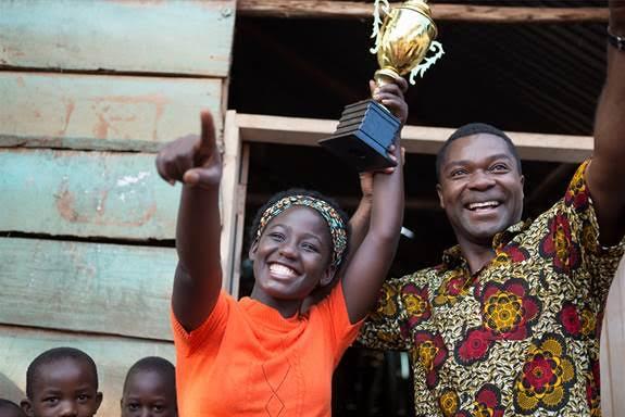 queen-of-katwe-winning-tropy-2